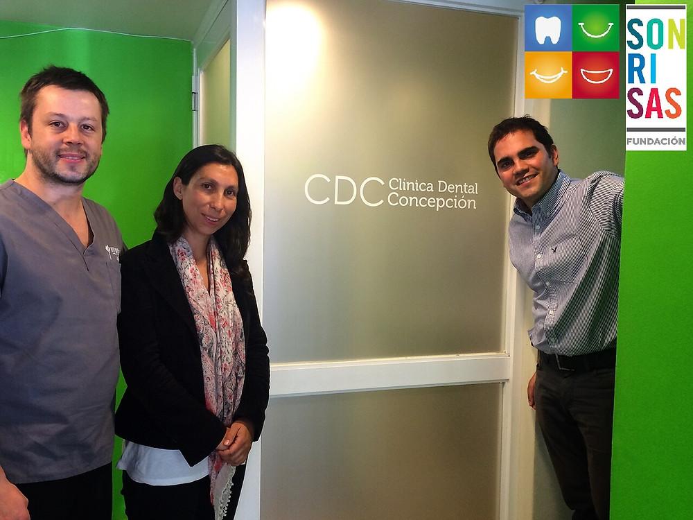 Dr. Pablo Cifuentes junto a la Directora Regional Biobío de Sonrisas y Raúl Valdivia, Director Ejecutivo de Sonrisas