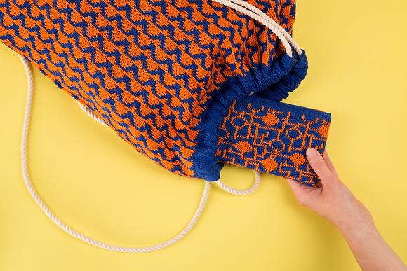 plecak niebieski w pomarańczowe fale