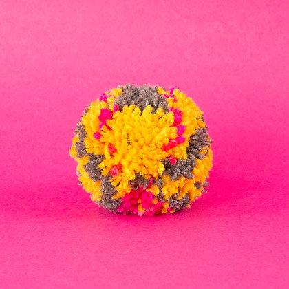 pompon ciemnoszary z różowym i żółtym