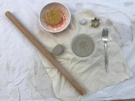 Tonen mit Geschirr / Play with Clay to Create small Plates and Dishes