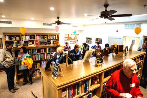 bookstore lots of ppl.jpg
