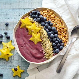 Açaí Smoothie Bowl with Starfruit, Blueberries, Hemp Seeds and Granola.