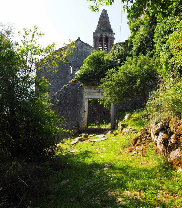 Ruševine stare župne crkve iznad Prčanja