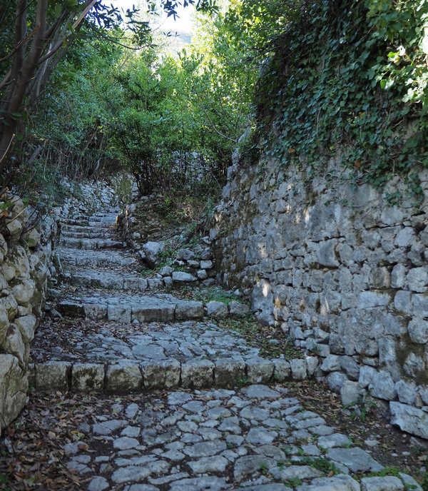 Staza do crkve Sv. Kuzme i Damjana iznad naselja Muo