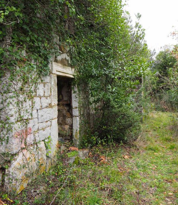 Ruševine starih kuća duž staze iznad naselja Muo