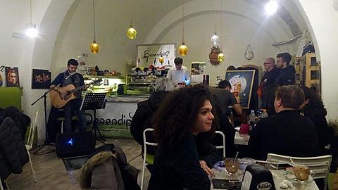 ChiamARTE è l'evento di Progetti Futuri che da l'opportunità ARTEagli artisti di esporre le loro opere e farle conoscere al pubblico.