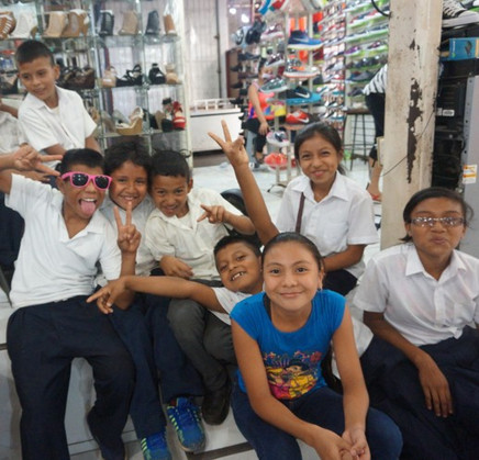 Starfish Nicaragua_kids at the shoe shop