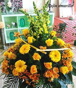 floristeria alex_cojin amarillo.jpeg