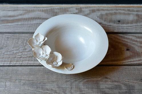 Piatto bianco in gres con tre fiorellini