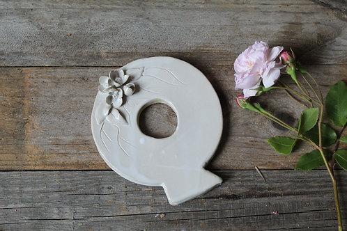 Lettera Q in ceramica gres con fiorellini - decorazione