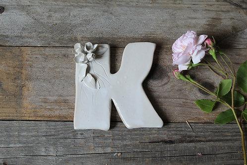 Lettera K in ceramica gres con fiorellini - decorazione