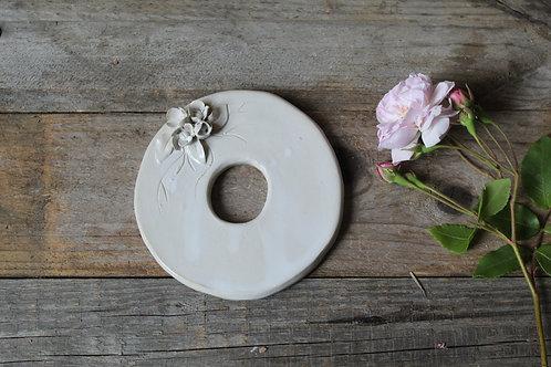 Lettera O in ceramica gres con fiorellini - decorazione