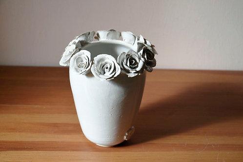 Vaso in gres con rose bianche