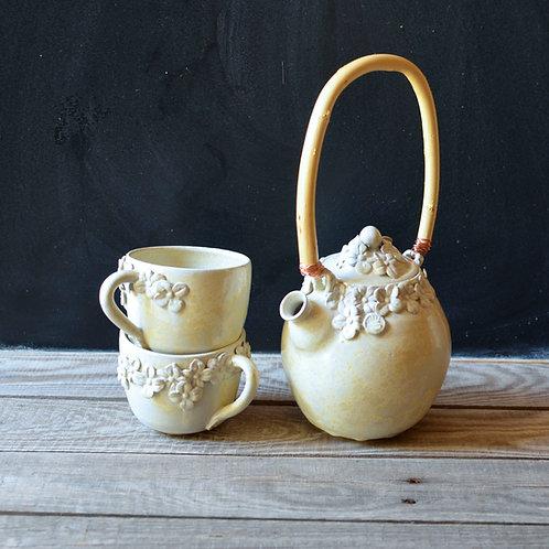 Set teiera e due tazze in gres con fiorellini e smalto avorio granito.