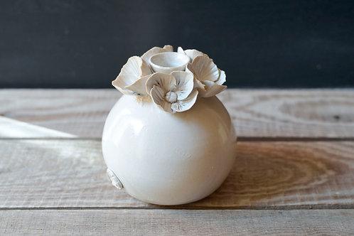 Romantico vaso bottiglia sferico bianco in gres con fiori a 4 petali rigati
