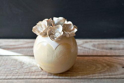 Romantico vaso sferico bianco con base gialla in gres con fiori a 5 petali