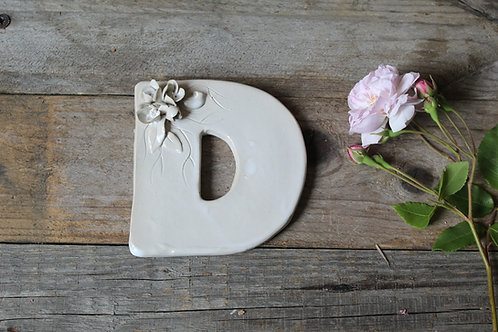 Lettera D in ceramica gres con fiorellini - decorazione