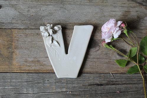 Lettera V in ceramica gres con fiorellini - decorazione