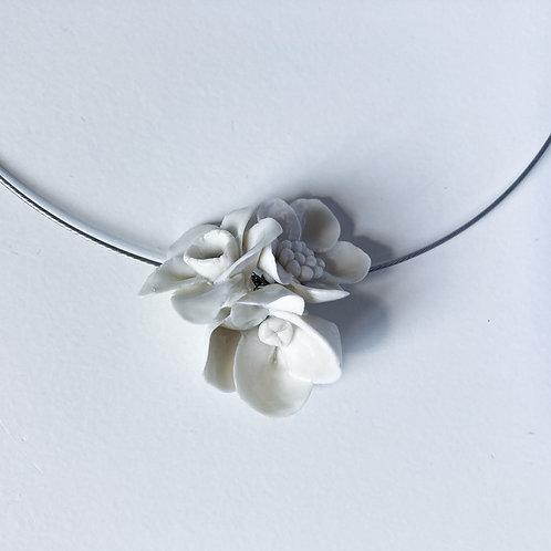 Collana porcellana di Limoges con tre piccoli fiori