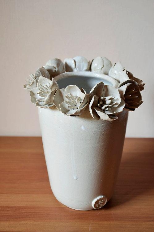 Vaso in gres con fiori di anemone
