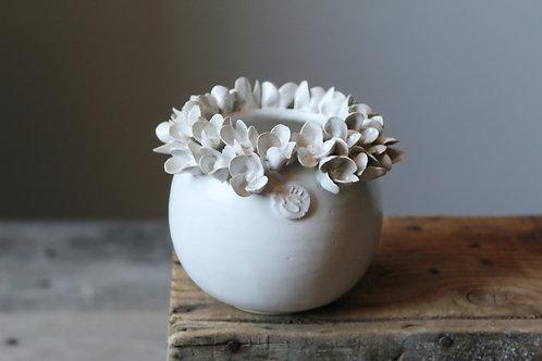 Piccolo Vaso sferico bianco in gres con fiori di ortensia