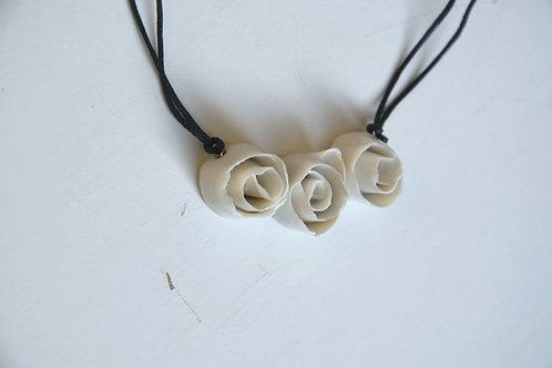 Collana in porcellana con tre rose bianche - porcellana di L