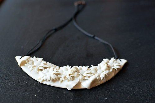 Collana Daisy in porcellana bianca di Limoges  su una placca