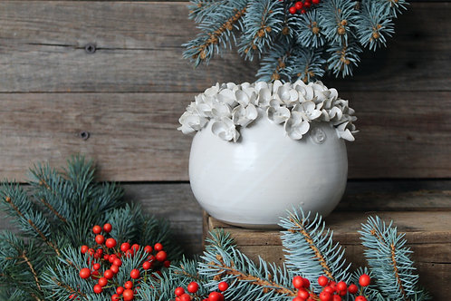 Vaso sferico bianco in gres con fiori di ortensia
