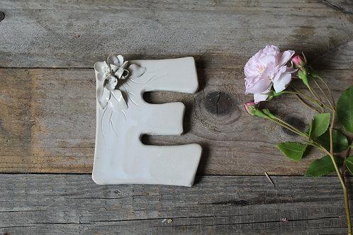 Lettera E in ceramica gres con fiorellini - decorazione