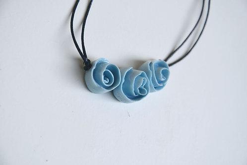Collana in porcellana con tre rose azzurro - porcellana di Limoges