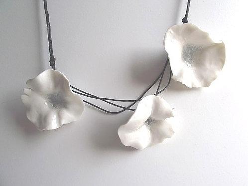 Collana tre fiori in porcellana bianca