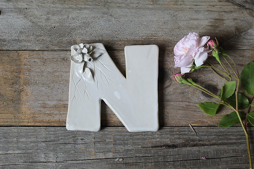 Lettera N in ceramica gres con fiorellini - decorazione