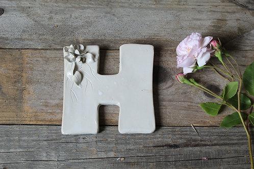Lettera H in ceramica gres con fiorellini - decorazione