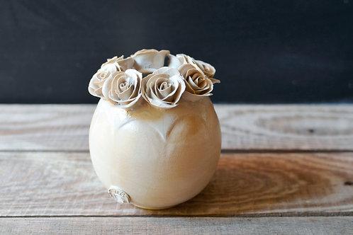 Romantico vaso sferico bianco con base gialla in gres con rose