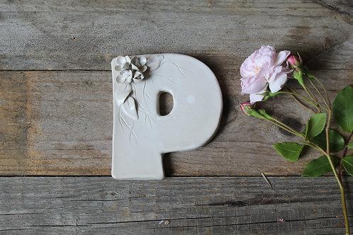 Lettera P in ceramica gres con fiorellini - decorazione