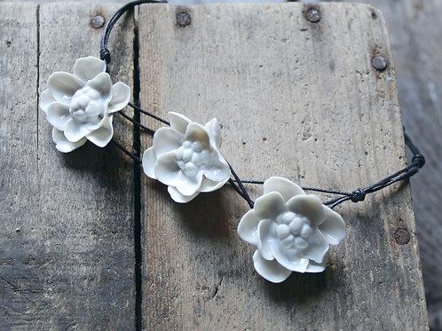 """Collana """"Tre fiori doppi"""" in Porcellana di Limoges"""