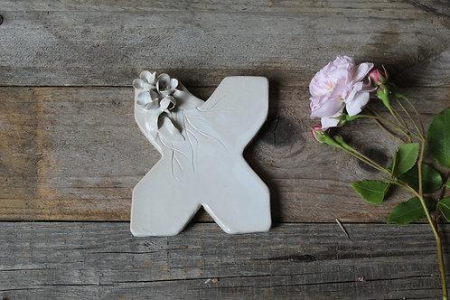 Lettera X in ceramica gres con fiorellini - decorazione