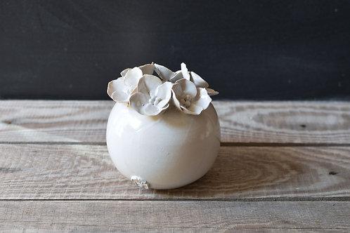 Vasetto sferico bianco in gres con fiori a 4 petali