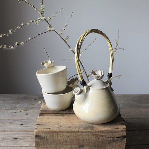 "Tea Set ""Anemone"" - Teiera e due tazze in gres avorio."