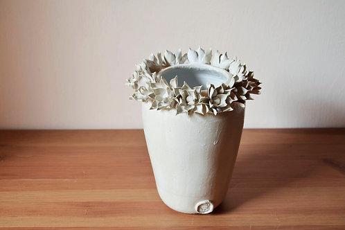Vaso in gres con fiori di dalia