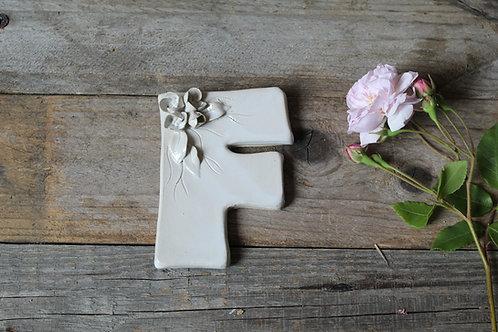 Lettera F in ceramica gres con fiorellini - decorazione