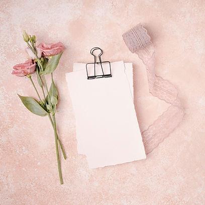 decoracion-boda-plana-flores-cinta_23-21