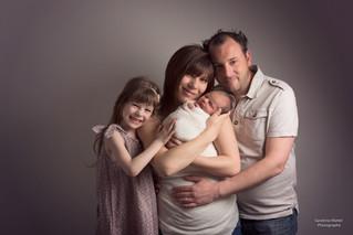 Séance photo Grossesse puis Nouveau Né : Nathalie, Damien, Lola et Esteban 9 jours par Sandrine Watt
