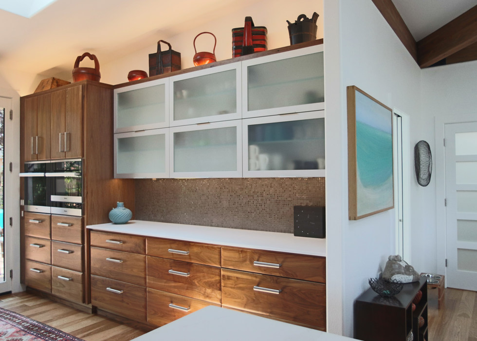 OVEN WALL IN WRAP-AROUND KITCHEN