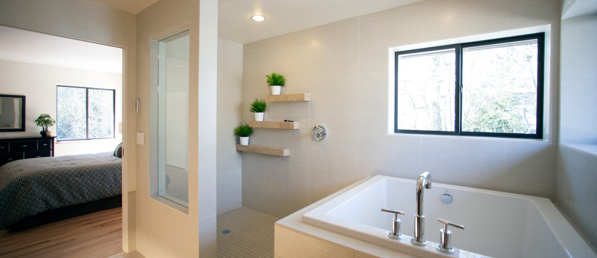 WALK-IN SHOWER WITH SOAKING TUB