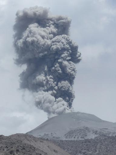 Il vulcano Taal nelle Filippine ha eruttato una colonna di fumo e di cenere, causando gravi danni alle città vicine. Photo credit: Valérie Le Bouteiller@valochette on Unsplash