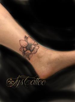 tatouage fleur sur la cheville à Bordeaux