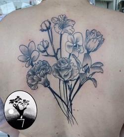 tatouage bouquet floral à Bordeaux