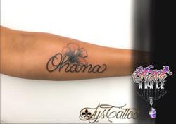 tatouage lettrage et belle fleur bleu à Bordeaux