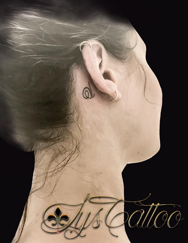lettre v derriere oreille